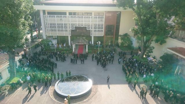 Quang cảnh trước Trung tâm Hội nghị Quốc tế (Hà Nội)