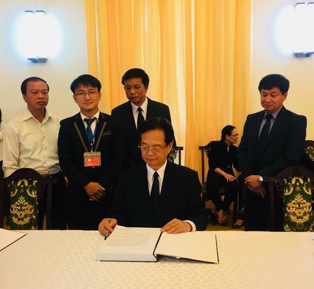 Nguyên Thủ tướng Nguyễn Tấn Dũng ghi lời tiễn biệt trong sổ tang. (Ảnh: Công Quang)