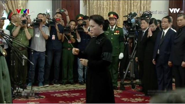 Chủ tịch Quốc hội Nguyễn Thị Kim Ngân dẫn đầu đoàn Quốc hội dâng hương.