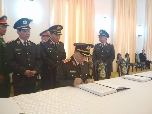 Thượng tướng Tô Lâm - Bộ trưởng Bộ Công an - ghi sổ tang. (Ảnh: Công Quang)