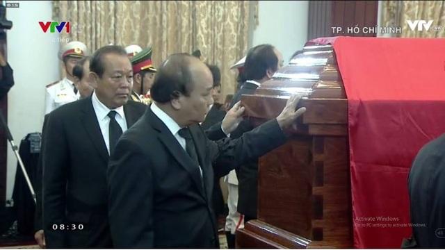 Thủ tướng Nguyễn Xuân Phúc chạm tay vào linh cữu tiễn biệt nguyên Thủ tướng Phan Văn Khải.
