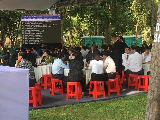 Các cơ quan đoàn thể và người dân chờ vào viếng nguyên Thủ tướng Phan Văn Khải tại Hội trường Thống Nhất (Ảnh: Công Quang)