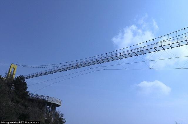 Với chiều cao này, cầu đã phá vỡ kỷ lục của một cây cầu kính tại Trương Gia Giới