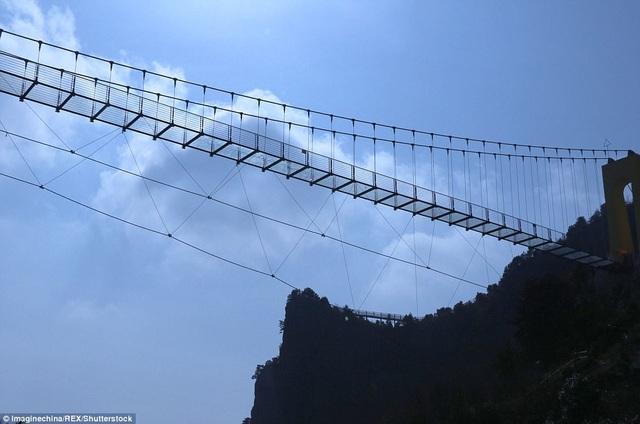 Trung Quốc liên tiếp cho ra mắt những cây cầu đáy kính giữ kỷ lục trên thế giới