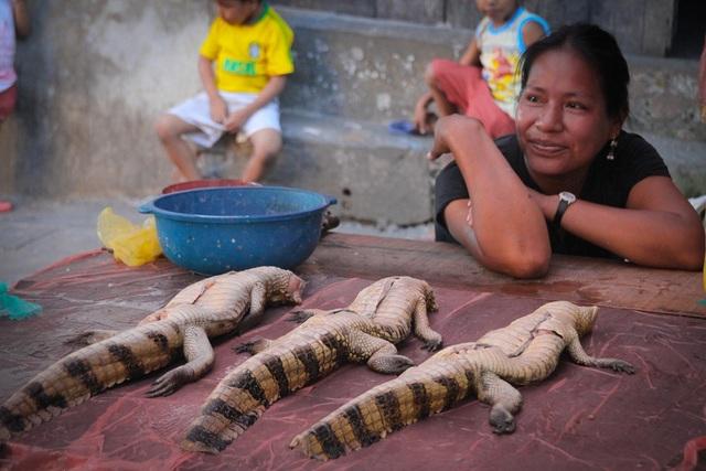 Người dân bày bán cả những loại thịt thú quý công khai