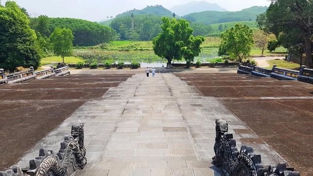 Lăng vua Gia Long được bao quanh bởi 42 ngọn núi