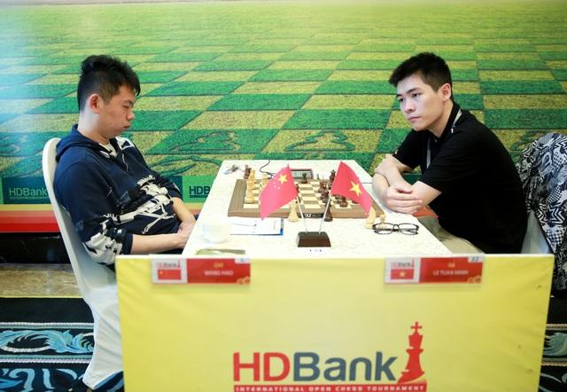 Lê Tuấn Minh đấu với Đại kiện tướng Wang Hao (Trung Quốc), đương kim vô địch Châu Á, Vô địch giải Cờ vua quốc tế HDBank 2016.