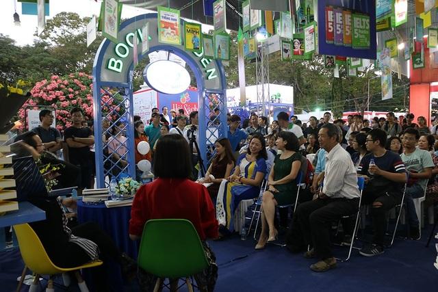 Ngay trong ngày đầu, chương trình giao lưu đã nhận được sự quan tâm của đông đảo các đọc giả đến tham quan và mua sắm tại hội sách