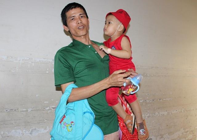 Bố con anh Hận tay xách nách mang trong Bệnh viện Chợ Rẫy