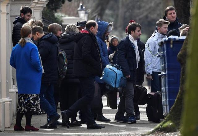 Khoảng 80 người, trong đó có 23 nhà ngoại giao và các thành viên trong gia đình, hôm nay 20/3 đã thu dọn đồ đạc và rời khỏi Đại sứ quán Nga ở thủ đô London, Anh để trở về Moscow sau lệnh trục xuất của chính phủ Anh.