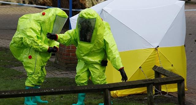 Các nhà điều tra Anh mặc đồ bảo hộ phong tỏa khu vực phát hiện ông Skripal và con gái bị bất tỉnh ở Salisbury (Ảnh: Reuters)