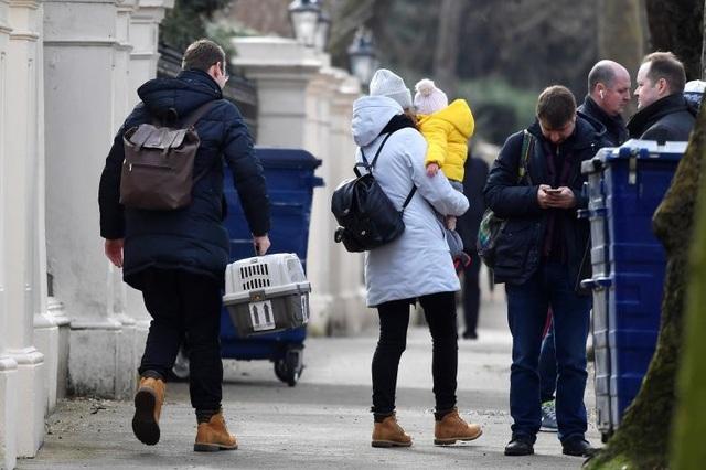 Nhiều em nhỏ buộc phải đi theo bố mẹ rời khỏi Đại sứ quán Nga. Thậm chí các vật nuôi cũng được đưa trở về Moscow.