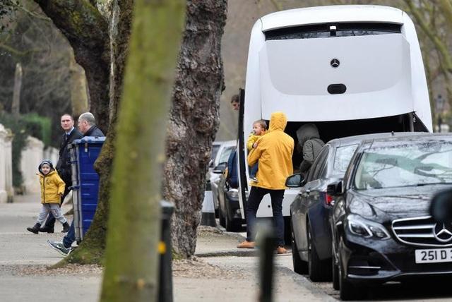 Những chiếc xe buýt đã được nhìn thấy xuất hiện tại khuôn viên Đại sứ quán Nga ở London để chở các nhà ngoại giao và gia đình tới nơi họ đáp chuyến bay về Moscow.
