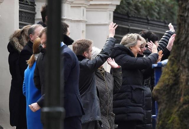 Những người đồng nghiệp tại Đại sứ quán vẫy tay chào các nhà ngoại giao Nga khi họ lên xe trở về nước.