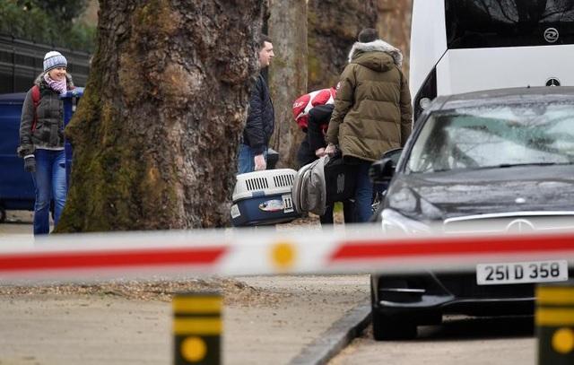 Cựu điệp viên Skripal từng hoạt động trong ngành tình báo Nga và bị buộc tội làm gián điệp hai mang cho Anh. Sau khi được phóng thích trong cuộc trao đổi điệp viên năm 2010, ông Skripal chuyển tới Anh sinh sống từ đó tới nay.