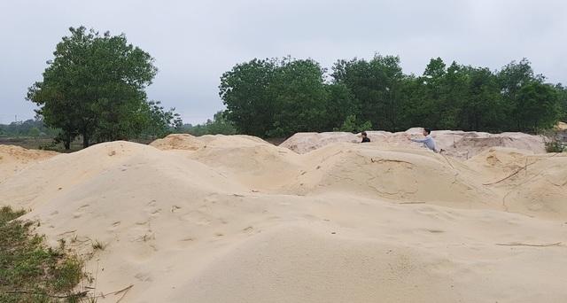 Nhiều bãi cát lậu cao quá đầu người tại ven đường trong Khu kinh tế Chân Mây - Lăng Cô