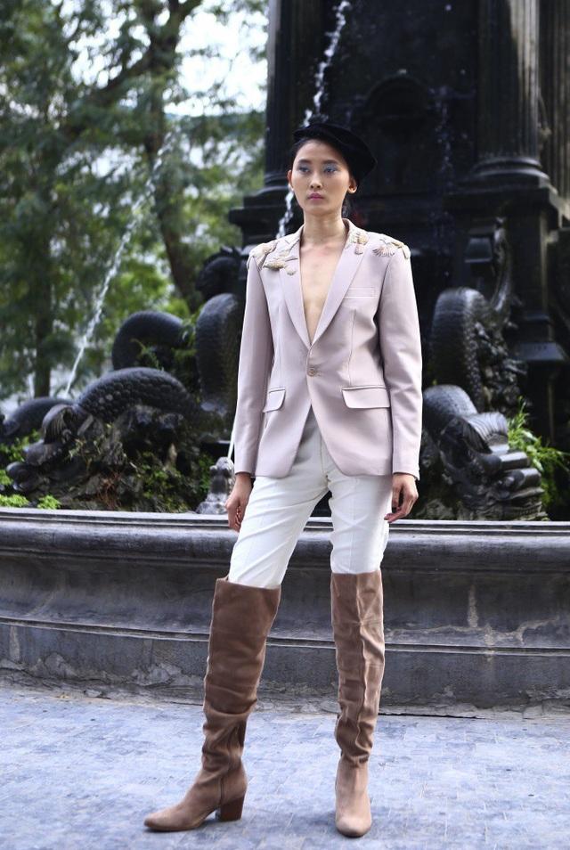 NTK Minh Hạnh cho biết, cảm hứng của bộ sưu tập được lấy từ đường nét, kiểu dáng của trang phục đua ngựa hết sức khoẻ khoắn và hiện đại.