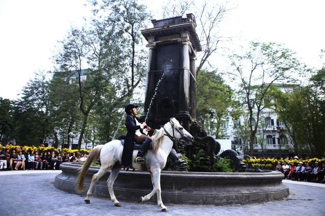 NTK Minh Hạnh mở màn bộ sưu tập theo cách rất đặc biệt là sự xuất hiện đầy kiêu hãnh của một chú ngựa trắng.