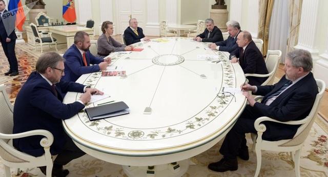 Tổng thống Nga Vladimir Putin gặp gỡ các cựu ứng viên tổng thống tại Điện Kremlin ngay sau khi tái đắc cử. (Ảnh: Sputnik)