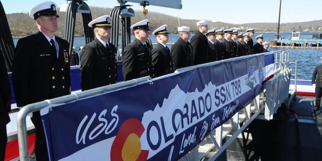 Tàu ngầm USS Colorado đã gia nhập quân đội Mỹ vào hôm 18/3. Tàu này được trang bị hàng loạt tính năng cải tiến, trong đó đặc biệt là tính năng điều khiển và quan sát diễn biến trên mặt nước bằng hệ thống điện tử, thay vì kính tiềm vọng thông thường. Đây là tàu ngầm thứ 15 thuộc lớp Virginia, được thiết kế để thực hiện các nhiệm vụ ở địa hình dưới lòng biển sâu và gần bờ bao gồm: chống ngầm, tác chiến trên mặt nước, vận chuyển lực lượng đặc nhiệm, tác chiến đột xuất, tình báo và trinh sát.