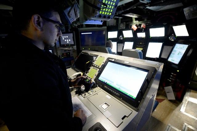 Hải quân Mỹ đã tích hợp tay cầm chơi trò điện tử Xbox 360 vào công nghệ tàu ngầm USS Colorado để điều khiển hệ thống cột cảm biến quang tử với góc nhìn 360 độ thay vì sử dụng cần điều khiển cổ điển trang bị trên các trực thăng.