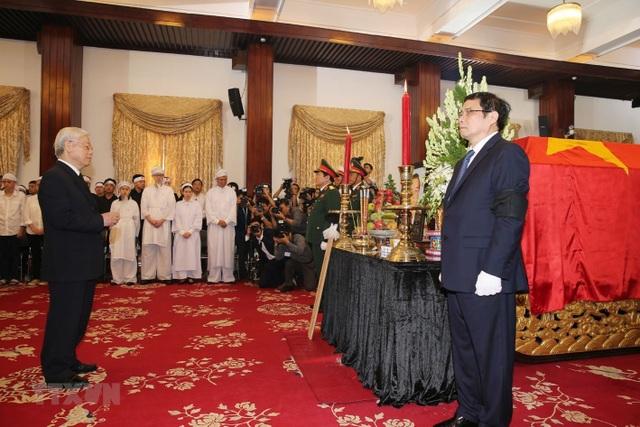 Tổng Bí thư Nguyễn Phú Trọng viếng nguyên Thủ tướng Phan Văn Khải. (Ảnh: Trí Dũng/TTXVN)
