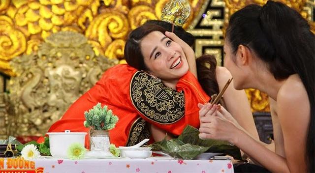 Trong các chương trình ghi hình chung, Trường Giang thường xuyên thể hiện cử chỉ thân mật với Nam Em