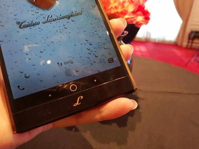 Alpha One chạy trên hệ điều hành Android Nougat (7.0), với khe cắm hai SIM cho phép sử dụng hai số trong cùng một chiếc điện thoại.
