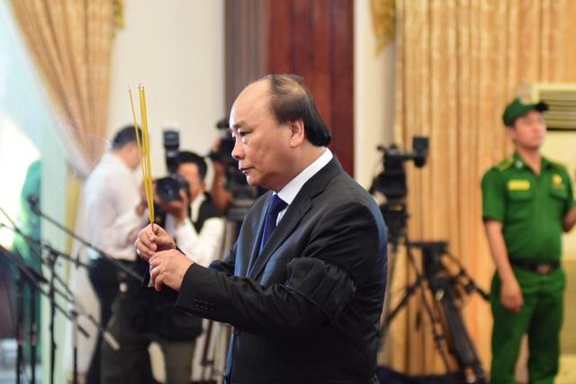 Thủ tướng Nguyễn Xuân Phúc chỉnh quốc kỳ phủ trên linh cữu ông Phan Văn Khải - 1