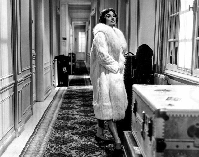Bà khoe vẻ quý phái với áo choàng lông trong một cảnh quay khác của phim Love in the Afternoon