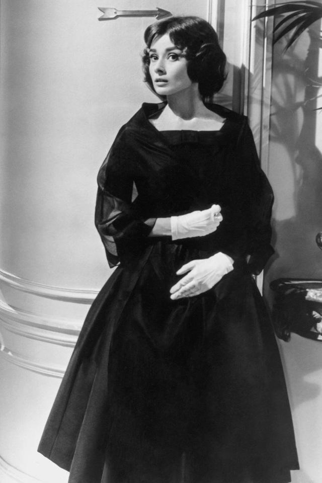 Audrey Hepburn trong một mẫu váy rất thanh lịch