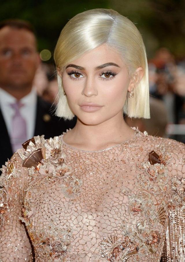 """Ngôi sao truyền hình thực tế người Mỹ - Kylie Jenner - mặc dù """"nổi đình đám"""" trong giới showbiz Mỹ và sở hữu một dòng mỹ phẩm bán rất chạy trên thị trường, nhưng đôi môi của cô vẫn chưa thực hoàn hảo theo tỉ lệ chuẩn Đẹp hiện nay."""