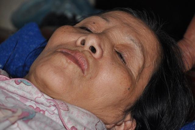 Bị tai biến khiến cho cô Dung bị liệt không đi lại được và cũng không nói được.