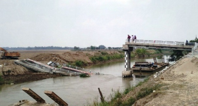 Hiện trường cầu BìnhTân Nhơn đổ sập vào ngày 15/3