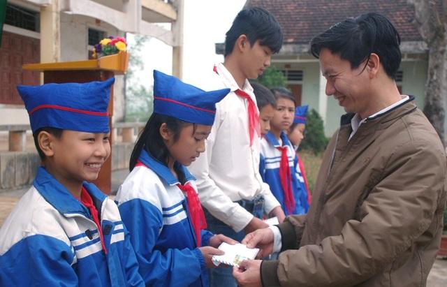 Những phần quà nhỏ đầy ý nghĩa trừ phong trào nuôi lợn đất của nhà trường đã giúp các em vươn lên để đến trường.
