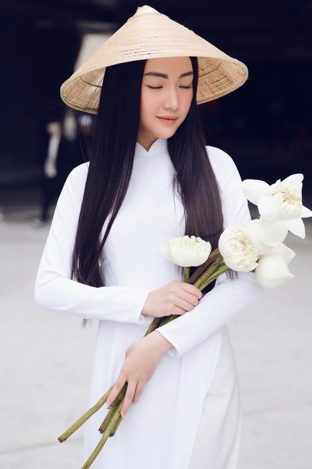 Đặc biệt, sự xuất hiện của nàng thơ xứ Huế Ngọc Trân lần này tại Seoul Fashion week còn nhằm mục đích thực nhiện nhiệm vụ quảng bá cho sự kiện du lịch quốc gia Festival Huế 2018 vào tháng 4 sắp tới.