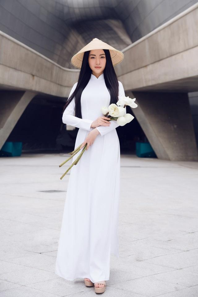 Chia sẻ về lần xuất hiện ấn tượng này, Ngọc Trân cho biết, thời trang là khía cạnh quan trọng trong việc quảng bá văn hóa của một quốc gia.
