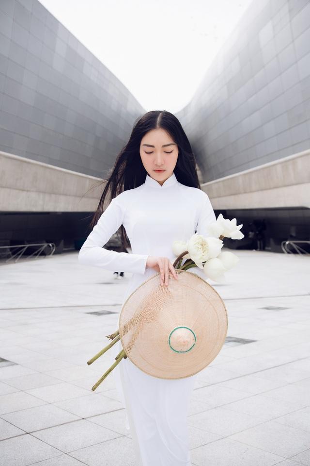 """""""Nàng thơ xứ Huế"""" mặc áo dài trắng gây chú ý truyền thông quốc tế - 2"""