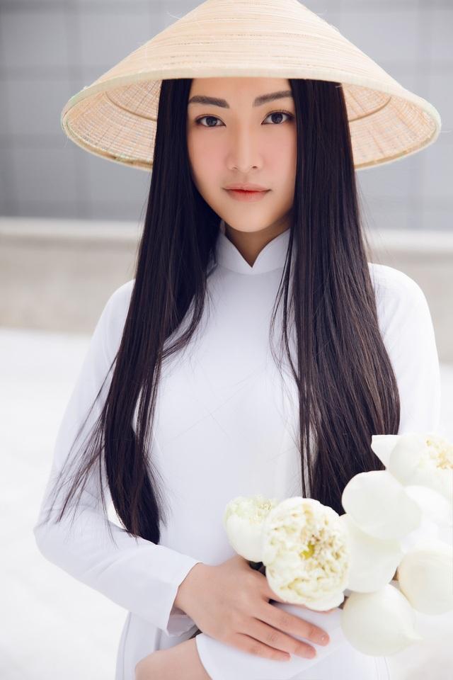 Người đẹp cũng tận dụng lợi thế mái tóc dài, vóc dáng chuẩn để tỏa sáng tại Tuần lễ thời trang Seoul 2018.