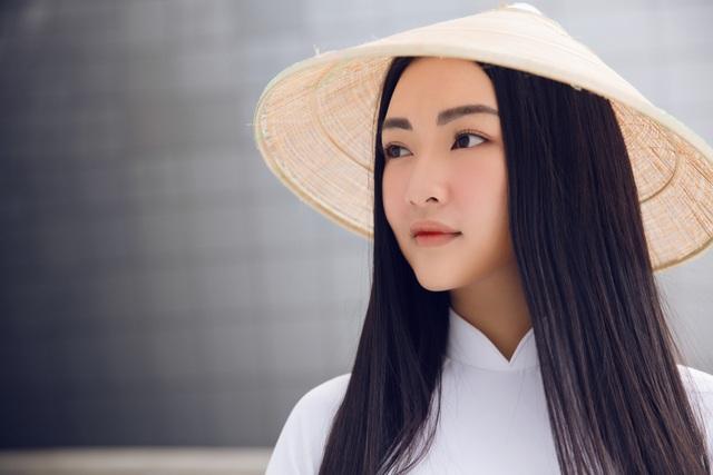 Khác với những tín đồ thời trang lựa chọn phong cách high-fashion, Ngọc Trân diện áo dài trắng, đội nón lá...