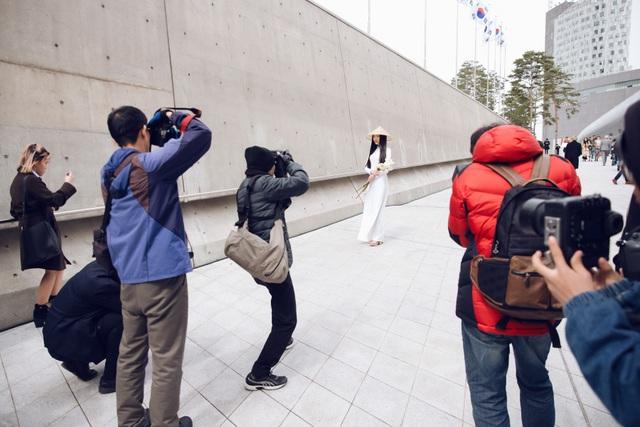 Với vẻ đẹp đậm chất Việt Nam cùng trang phục ấn tượng, Ngọc Trân nhanh chóng thu hút sự quan tâm của nhiều phóng viên báo đài quốc tế, trong đó có những tờ báo lớn như Vogue Mỹ, kênh SBS, Arirang,...