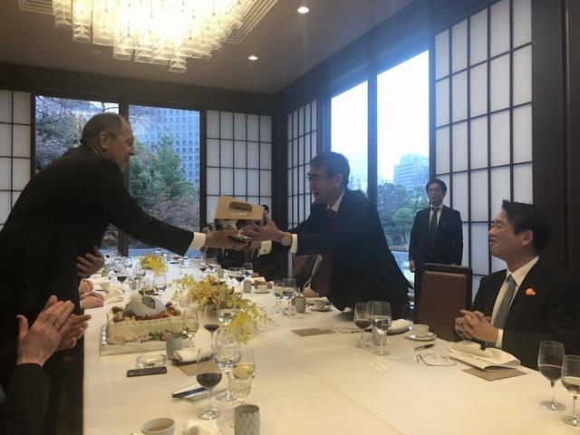 Ngoại trưởng Nga Nhật tặng quà nhau trong bữa tiệc trưa tại Tokyo (Ảnh: Facebook Maria Zakharova)