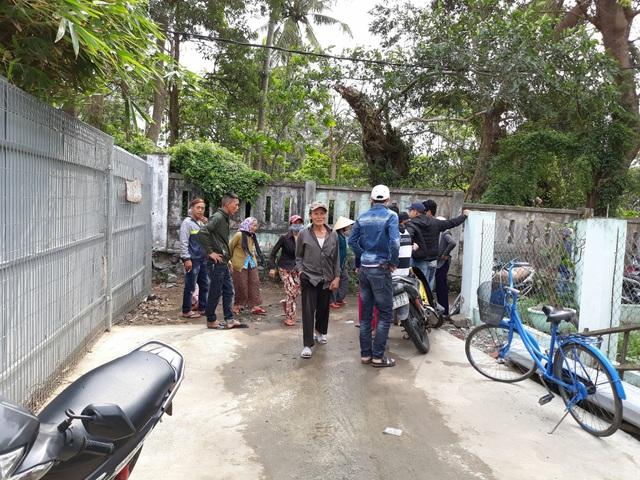 Sáng 21/3, người dân vẫn tập trung bên ngoài Khu du lịch sinh thái Nam Ô để phản đối mặc dù rào chắn đã được dỡ bỏ.