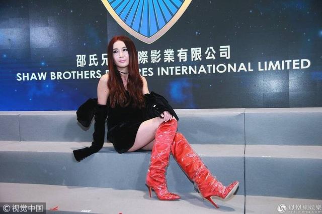 Ôn Bích Hà từng là một trong những mỹ nhân của làng giải trí Hồng Kong trong những năm 90 của thế kỷ trước với vẻ đẹp ngọt ngào, hiện đại. Cô còn tham gia làm người mẫu ảnh và vẫn thực hiện những bộ ảnh hot ở tuổi 40. Cô nổi tiếng nhờ vai diễn trong Phong thần bảng, Mối tình Kim Bình, Loan đao phục hận.