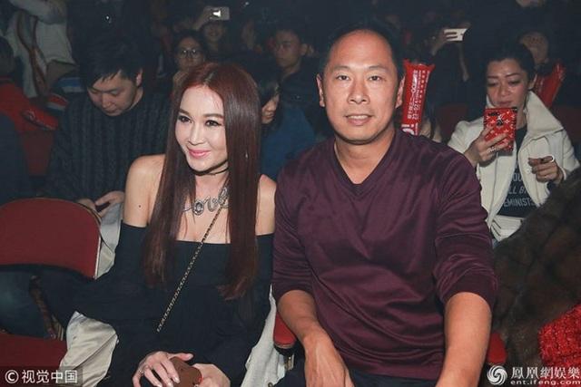 Ôn Bích Hà kết hôn với doanh nhân Hà Tổ Quang sau 3 năm hò hẹn. Cặp đôi đã ở bên nhau 17 năm và bất ngờ thông báo chuyện rạn nứt quan hệ vào tháng 7/2017. Hai người không có con chung nhưng nhận nuôi một cậu con trai và coi cậu bé này như con ruột.