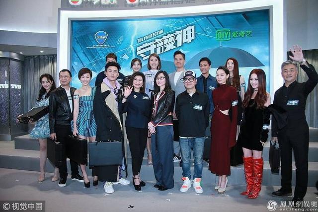 Ôn Bích Hà chụp hình kỷ niệm cùng các đồng nghiệp tham gia bộ phim truyền hình mới của đài TVB.
