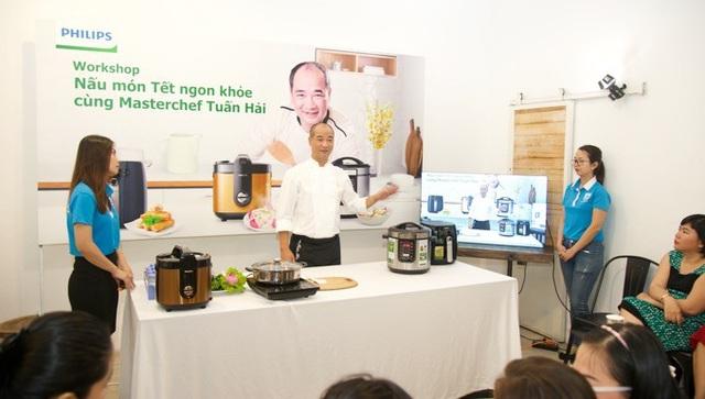 """10 thí sinh xuất sắc nhất của cuộc thi được mời tham gia workshop """"Nấu món Tết ngon khỏe cùng Masterchef Tuấn Hải"""" và được trực tiếp trải nghiệm sản phẩm bếp hiện đại Philips để hoàn thành món Tết ngon khỏe."""