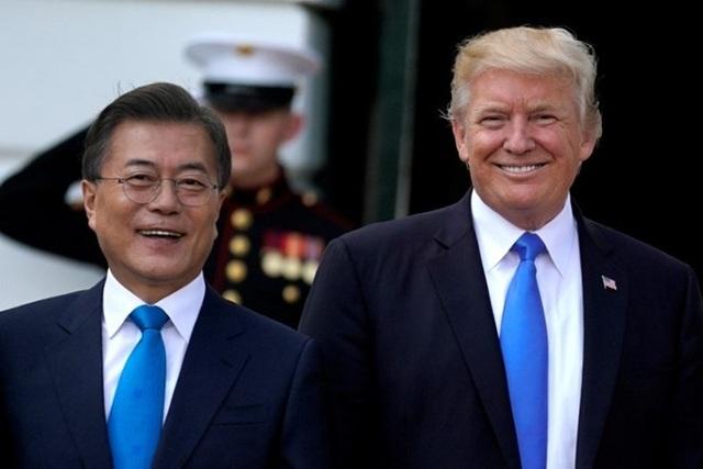 Tổng thống Donald Trump (phải) và người đồng cấp Hàn Quốc Moon Jae-in (Ảnh: AFP)