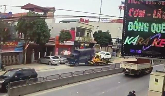 Xe cứu hộ tông mạnh vào phía sau và đẩy chiếc xe tải lao thẳng vào phía nhà dân
