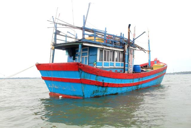 Tàu cá QNa 90822 TS đang neo đậu tại cảng Kỳ Hà